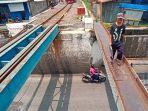 warga-berjalan-di-jembatan-rel-atas-viaduk-gilingan.jpg