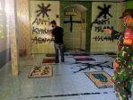 warga-dan-babinsa-saat-menyaksikan-aksi-vandalisme-dilakukan-di-mushola-darusalam.jpg