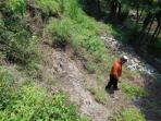 warga-melintas-di-sekitar-longsoran-tanggul-kali-samin-rabu-19102016_20161020_115135.jpg