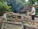 warga-membakar-pohon-bambu-yang-tersangkut-di-jembatan-desa-bandung.jpg