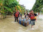 warga-mengoperasikan-perahu-sederhana-di-tengah-kepungan-banjir-di-desa-tegalm.jpg