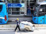 warga-menunggu-kedatangan-bus-transjakarta.jpg