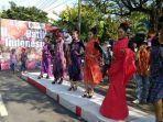 warga-solo-menyambut-hari-batik-nasional_20171001_174104.jpg