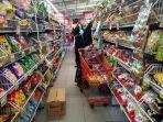 warga-solo-yang-berbelanja-di-supermarket-di-kota-solo-sabtu-1432020.jpg