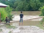 warga-tengah-menyaksikan-luapan-sungai-bengawan-solo-di-kampung-beton-k.jpg