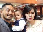 yama-carlos-bersama-istri-dan-anaknya_20180820_094644.jpg