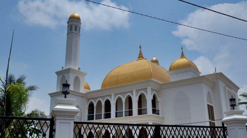 memiliki-kubah-berwarna-emas-masjid-al-saleh-nampak-indah-dan-megah.jpg