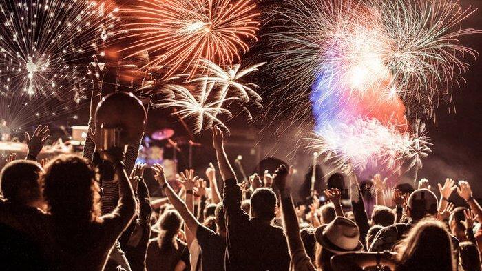10 Tradisi Unik Merayakan Tahun Baru dari Seluruh Dunia, Lempar Piring hingga Pakaian Dalam Merah