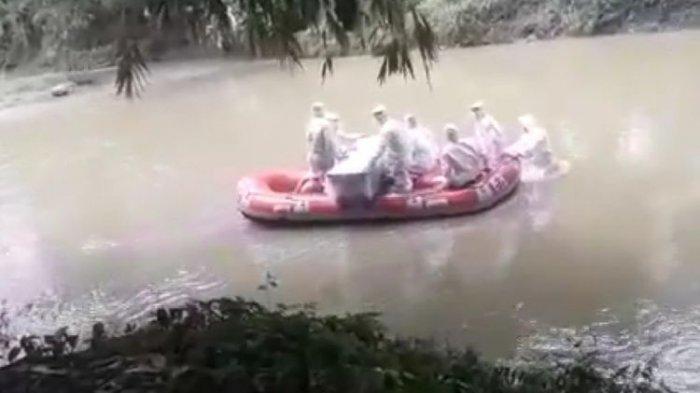 VIRAL 7 Petugas Lengkap Pakai APD Seberangi Sungai & Bawa Peti Mati Berisi Jenazah Korban Corona