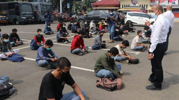 Baru Sehari Masuk Sekolah, Puluhan Pelajar di Jakarta & Tangerang Tawur Bawa Senjata Tajam & Celurit