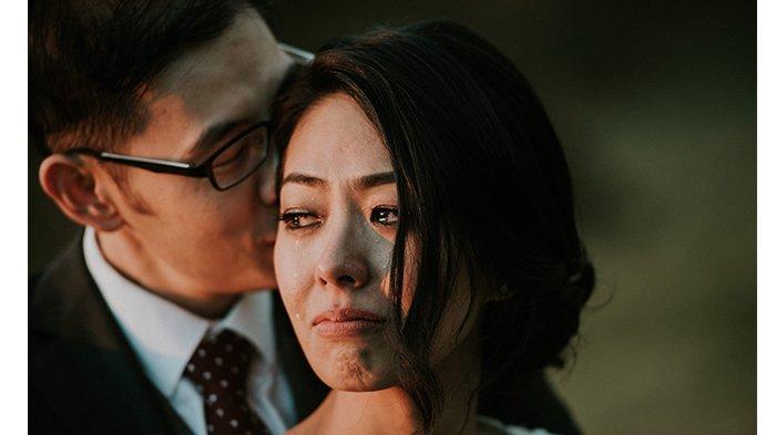 Pria Ditanya Alasan Menikahi Istrinya, Saat Bisikkan Jawaban, Sang Wanita Menangis, Fotonya Viral