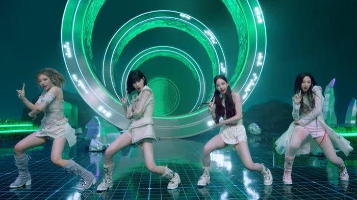aespa dalam video musik Savage.