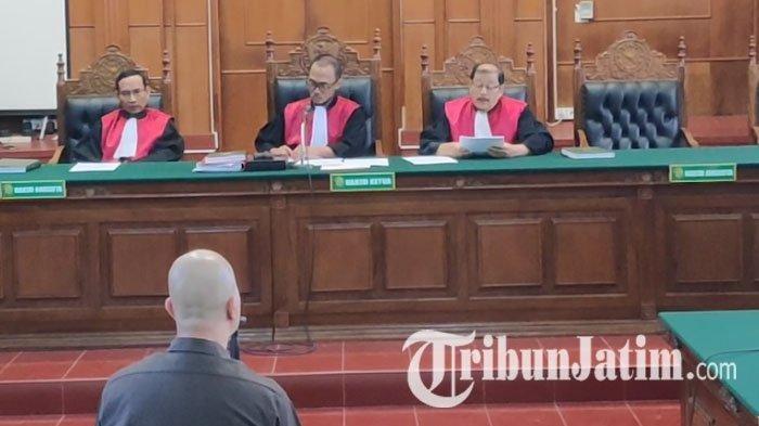 Ahmad Dhani saat mendengarkan amar putusan atas kasus vlog idiot di Ruang Cakra, PN Surabaya, Selasa, (11/6/2019) (TRIBUNJATIM.COM/ SAMSUL ARIFIN)