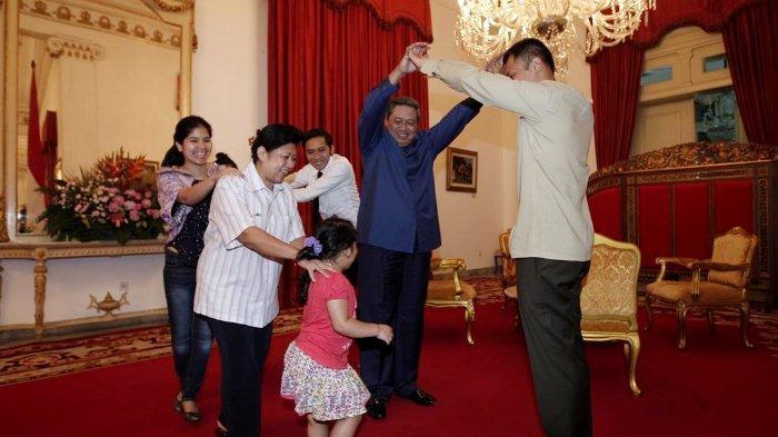 AHY Nostalgia dengan Unggah Foto Lama, Suami Annisa Pohan: Cuma Cucu yang Buat SBY Main Ular Naga