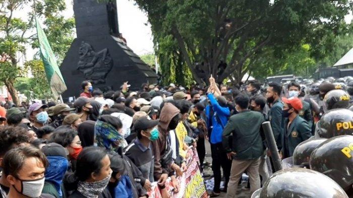 Aksi demo omnibus law di depan kantor gubernur jateng, Rabu (7/10/2020).