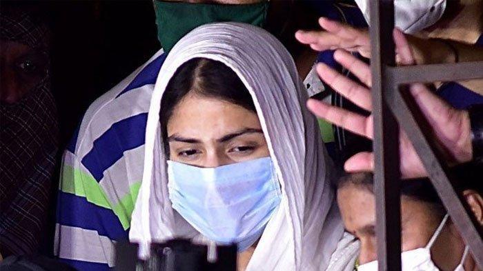 Aktris Rhea Chakraborty (tengah) meninggalkan kantor Direktorat Penegakan (Enforcement Directorate/ED) setelah menjalani pemeriksaan terkait kematian aktor Sushant Singh Rajput di Mumbai pada 7 Agustus 2020.