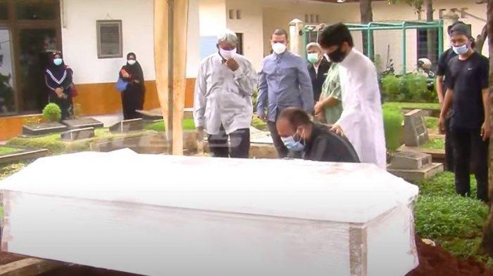 Alaa Elkasaas bersimpuh di depan peti jenazah Soraya Abdullah