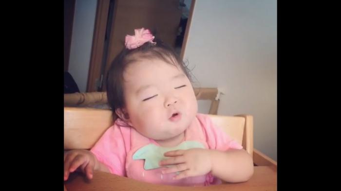 Lucu Bayi Makan Sambil Ngantuk Netizen Malah Hujaninya Dengan Komentar Pedas Anak Kecil
