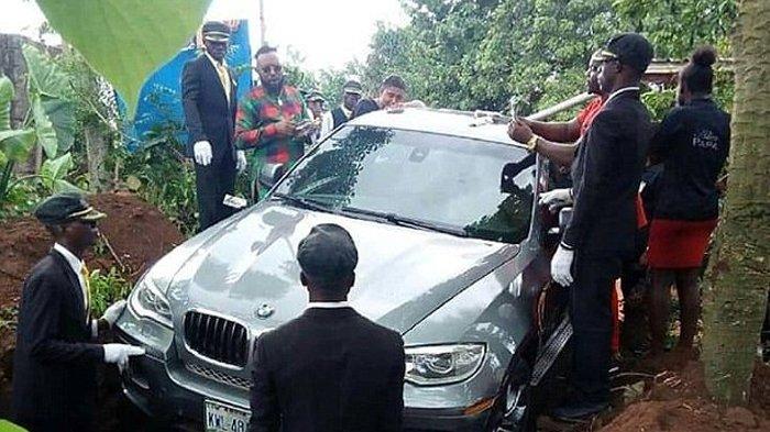 Anak Kubur Mendiang Sang Ayah dengan 'Peti' BMW Seharga Rp 1 Miliar, Fotonya Viral Dihujat Netizen