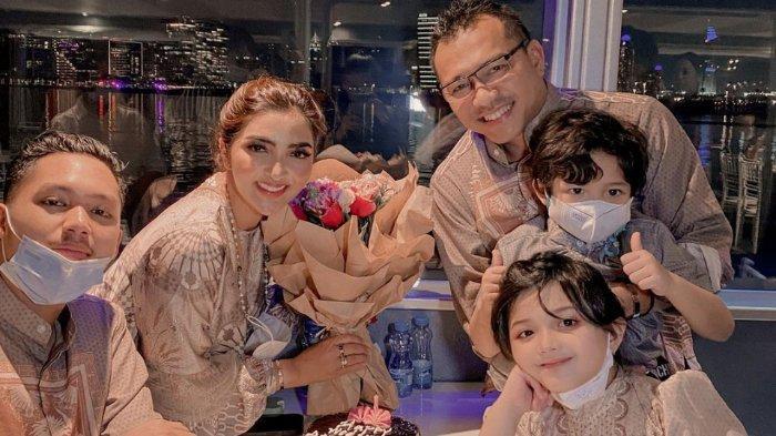 Anniversary Pernikahan di Dubai, Ashanty & Anang Terharu Diberi Kejutan Anak-anak di Atas Kapal