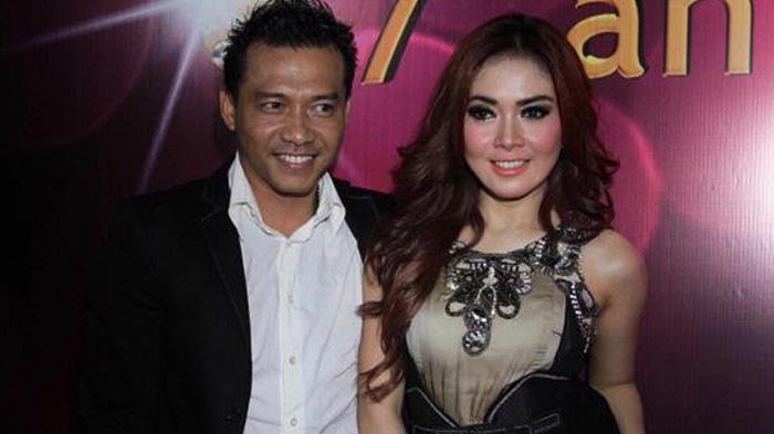 Penampilan Syahrini saat menjadi teman duet Anang Hermansyah.