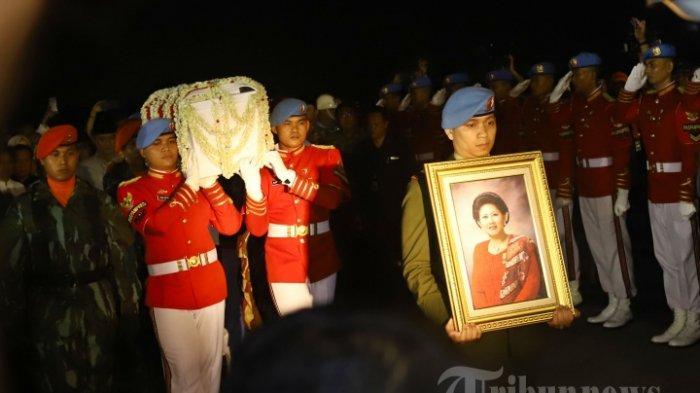 Peti jenazah istri Presiden ke 6 RI, Ani Yudhoyono tiba di Lanud Halim Perdanakusuma Jakarta, dari Singapura, Sabtu (1/6/2019). Rencananya almarhumah akan dimakamkan pada hari Minggu (2/6/2019) di Taman Makam Pahlawan Kalibata. TRIBUNNEWS/HERUDIN