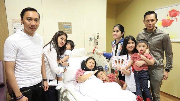 Ani Yudhoyono yang sedang sakit Leukimia berfoto dengan anak dan cucu-cucunya