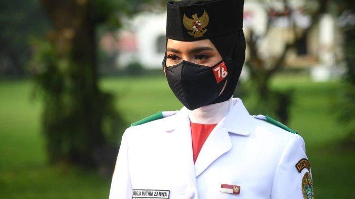 Ardelia Muthia Zahwa pembawa baki pengibaran Bendera Merah Putih HUT ke-76 RI.