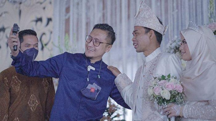 Pamer Foto Hadiri Resepsi Pernikahan UAS Bareng Rekan Artis, Arie Untung: Turut Bahagia Lihat Guru