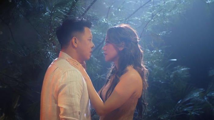 Ariel dan BCL dalam video musik NOAH, Mencari Cinta.