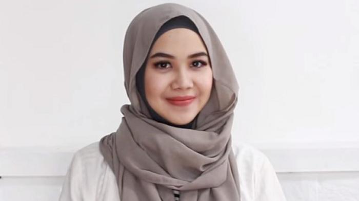 Tutorial Hijab Ariesha Tjakra Keren Cara Simpel Dan Cepat Memakai Pashmina Tanpa Jarum Tribunstyle Com