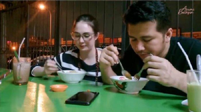 TAK Ada Gengsi Meski Istri Pejabat, Arumi Bachsin Ajak Suami Kencan di Warung Makan Indomie