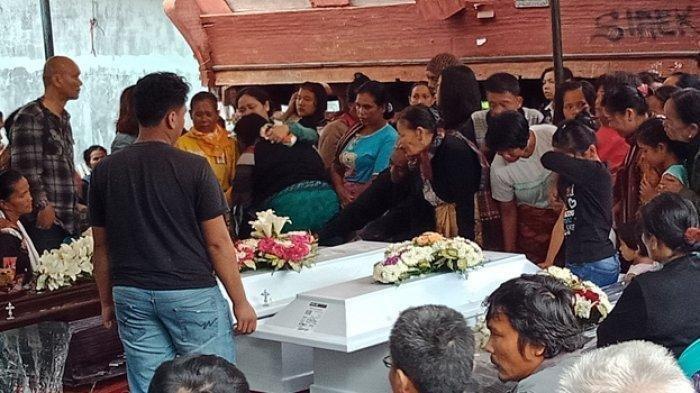 Kerabat dan keluarga korban meratapi jenazah saat tiba di Hariara Tolu, Desa Parsaoran Satu, Pangururan, Samosir, Kamis (15/11/2018).