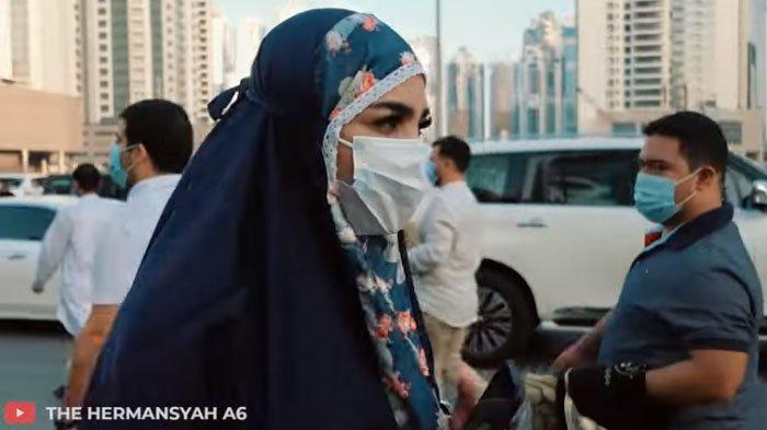 Ashanty saat salat ied di Dubai.
