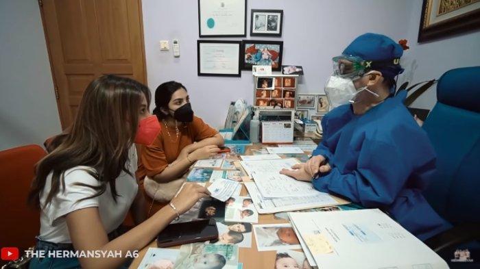 Aurel Hermansyah saat memeriksakan kondisinya ke dokter