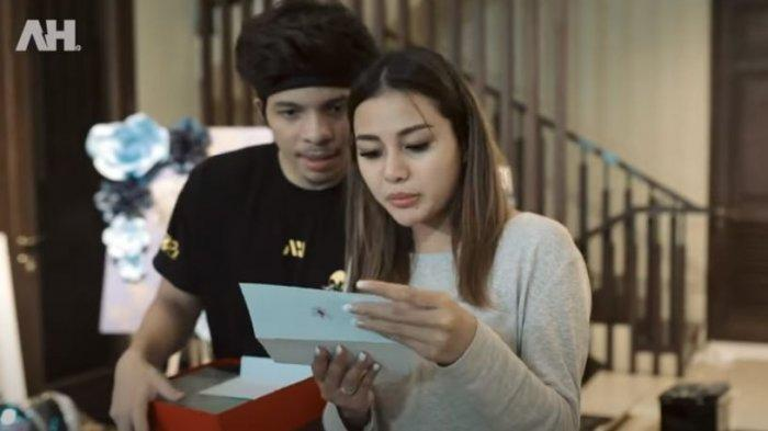 Aurel dan Atta baca ucapan di kado Jokowi dan Iriana