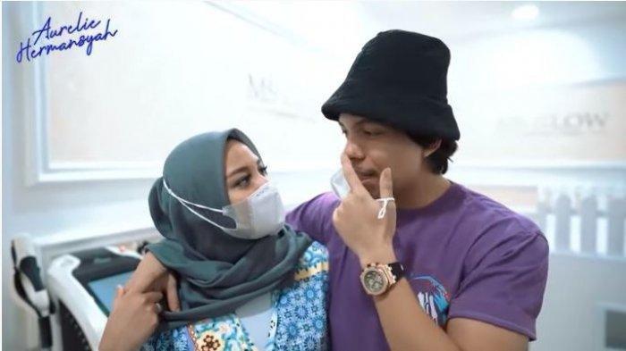 Aurel Hermansyah dan Atta Halilintar melakukan perawatan wajah bersama.