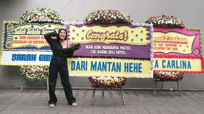 Awkarin dapat karangan bunga saat beli hotel