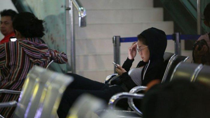 Baru Selesai Jadi Relawan Gempa dan Tsunami Palu, Begini Gaya Awkarin di Bandara
