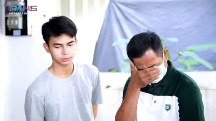 Ayah Dimas Ramadhan terharu melihat gerobak bakso ikannya yang dirombak Raffi Ahmad. (YouTube Rans Entertainment)