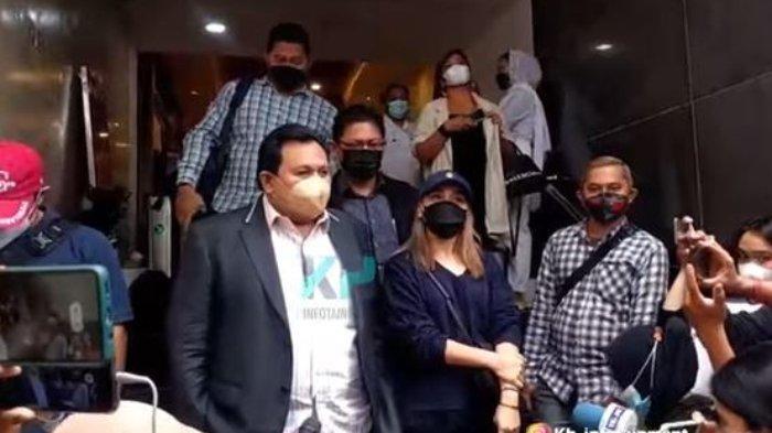 Ayu Ting Ting didampingi kuasa hukum, Minola Sebayang jalani pemeriksaan di Polda Metro Jaya, Selasa 14 September 2021.