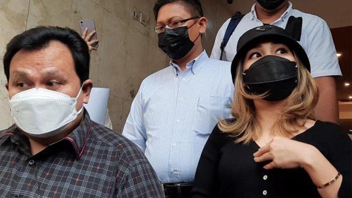 Ayu Ting Ting penuhi panggilan polisi ditemani oleh kuasa hukumnya, Minola Sebayang.