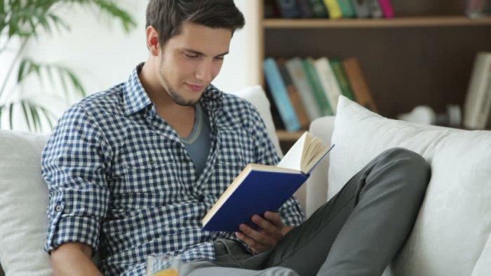 Ilustrasi pria yang sedang membaca buku.