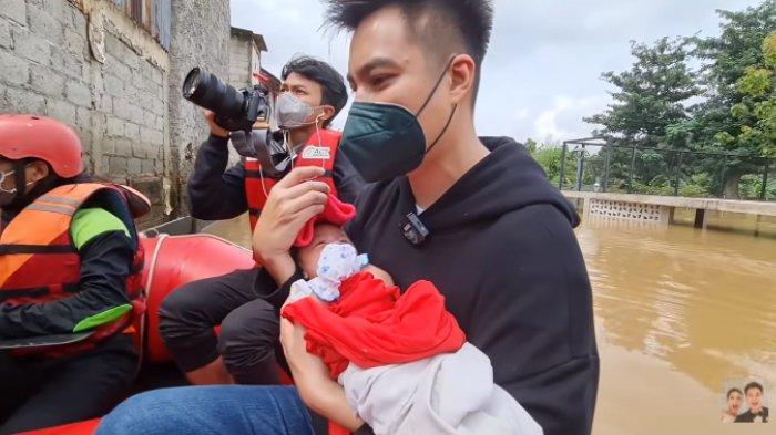 Baim Wong Ikut Evakuasi Bayi Usia 1 Bulan Korban Banjir, Langsung Digendong dan Ucapkan Hal Ini