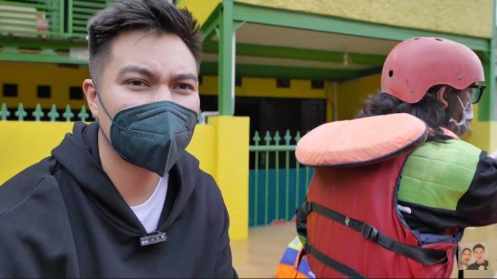 Baim Wong naik perahu karet sambangi warga terdampak banjir