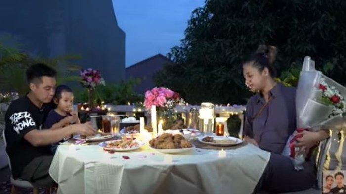 Merasa Bersalah Sibuk Kerja, Baim Wong Siapkan Surprise Romantis Penuh Bunga untuk Paula Verhoeven