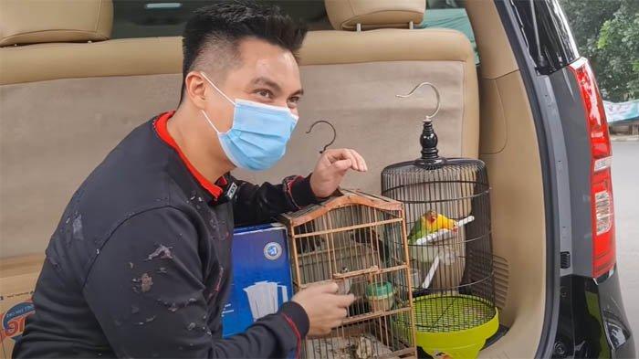 Baim Wong tampak melepaskan burung-burung yang telah ia beli pada sebelumnya.