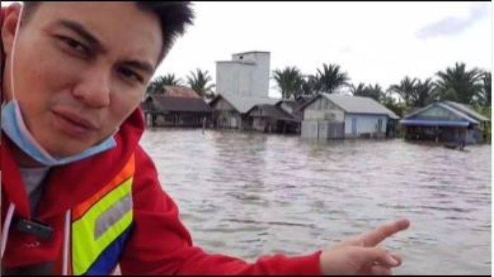 Baim Wong tinjau langsung banjir di Kalimantan.