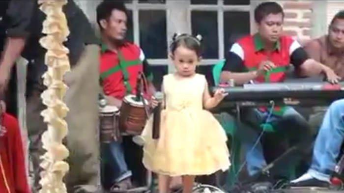 Heboh Video Balita Nyanyi Dangdut di Hajatan, Lihat Ekpresinya Ketika Disawer Mengejutkan!