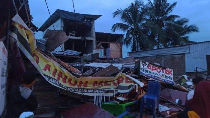 Bangunan roboh akibat gempa yang mengguncang beberapa daerah di Sulawesi Barat, Jumat (15/1/2021).